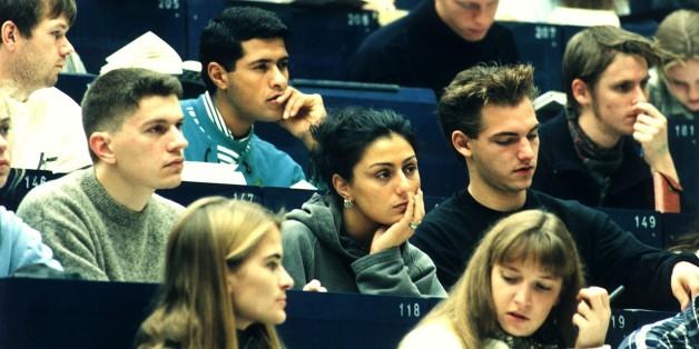 (GERMANY OUT) Jura - Studenten bei einer Vorlesung im Hörsaal der Universität Bochum  (Photo by Eckel/ullstein bild via Getty Images)