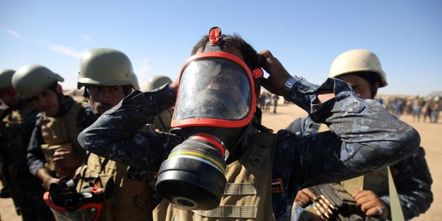 Ein irakischer Polizist probiert vor dem Angriff auf Mossul einen Gasmaske an