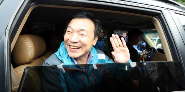 손학규 전 민주당 대표가 20일 오전 정계 은퇴 선언 후 2년여간 생활하던 전남 강진군 백련사 인근 토담집에서 하산해 서울로 향하는 차량에 탑승해 손흔들고 있다.