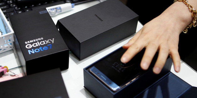 An employee checks an exchanged Samsung Electronics' Galaxy Note 7 at company's headquarters in Seoul, South Korea, October 13, 2016.   REUTERS/Kim Hong-Ji