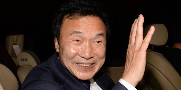 손학규 전 민주당 대표가 20일 오후 국회에서 정계복귀를 선언한 뒤 회견장을 떠나고 있다.