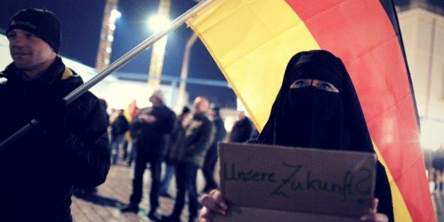 Eine Fau mit Vollverschleierung demonstriert im März 2015 während einer Pegida-Kundgebung in Dresden (Archivbild)
