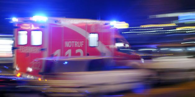Krankenwagen fährt durch die Nacht