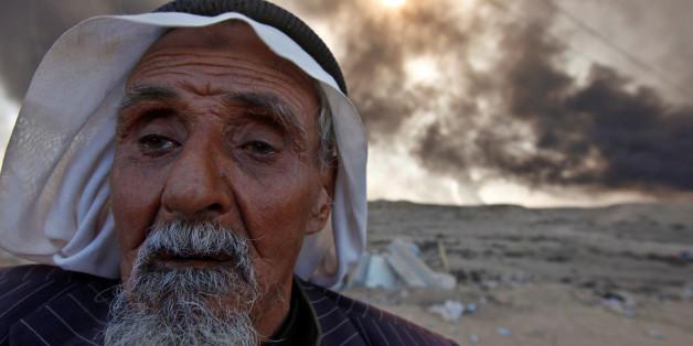 Ein Mann kämpft nach der Befreiung seines Dorfes wieder in seine Heimat zurück.