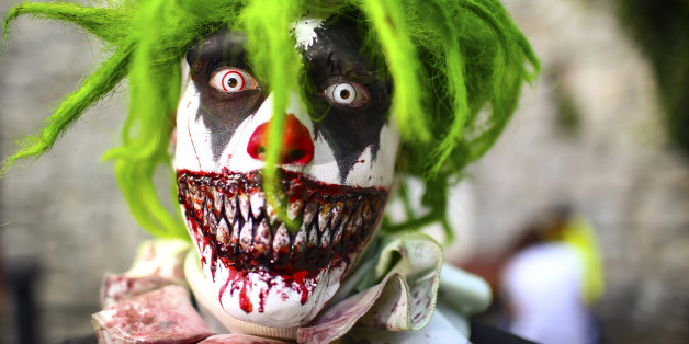 Ein Mann mit einer Horror-Clown-Maske