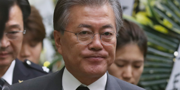 문재인 더불어민주당 전 대표가 21일 오후 서울 송파구 경찰병원 장례식장에 마련된 고 김창호 경감의 빈소를 찾아 조문한 뒤 자리를 나서고 있다.
