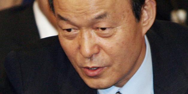 2007년 1월 열린 한 심포지엄에서 대화하는 송민순 전 장관(오른쪽)과 김만복 전 국정원장