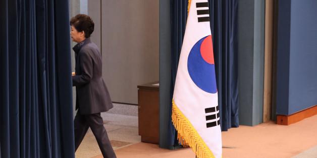 박근혜 대통령이 25일 청와대 춘추관 대브리핑실에서 '최순실 의혹'에 관해 대국민 사과를 하기 위해 마이크를 잡고 있다.