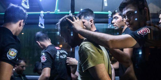 Die Polizei nimmt einen Soldaten nach dem Putschversuch fest