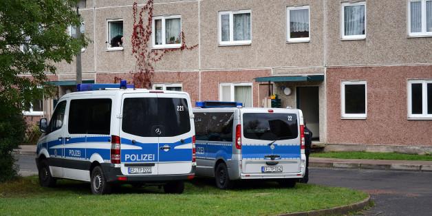 Polizeiautos stehen am während eines Anti-Terror-Einsatzes vor einem Haus in Suhl (Thüringen).