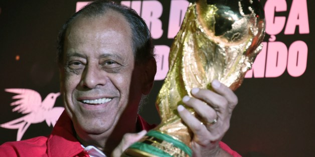 Carlos Alberto, former captain of the Brazilian 1970's football team, holds the World Cup which has just arrived in the country, at Maracana stadium in Rio de Janeiro, Brazil on April 22, 2014.    AFP PHOTO/CHRISTOPHE SIMON        (Photo credit should read CHRISTOPHE SIMON/AFP/Getty Images)