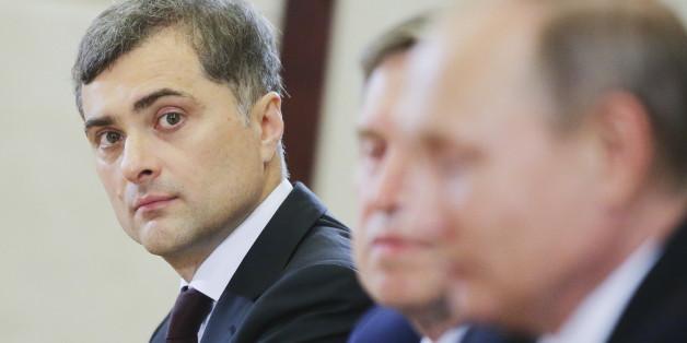 Wladislaw Surkow - im Vordergrund: der russische Präsident Wladimir Putin