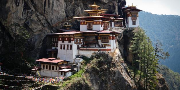 Ein Tempel in Bhutan an einem 900 Meter tiefen Abgrund