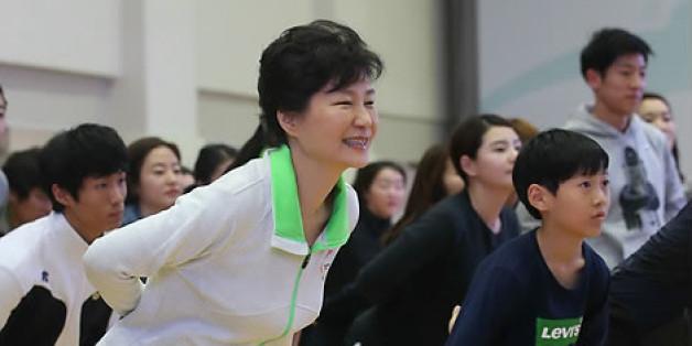 2014년 11월26일, 박근혜 대통령이 '문화가 있는 날' 행사의 하나로 서울 송파구 올림픽공원 올림픽체조경기장을 방문, 시민들과 함께 생활체조 '늘품 건강체조'를 배워보고 있다.