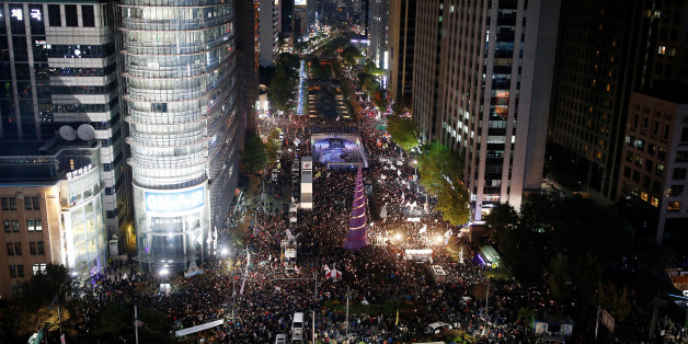 Protesters take part in a protest denouncing South Korea's President Park Geun-hye over a recent influence-peddling scandal in central Seoul, South Korea, October 29, 2016.  REUTERS/Kim Hong-Ji