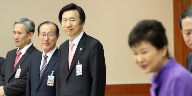 윤병세 외교부 장관(오른쪽부터), 이원종 비서실장, 김장수 국가안보실장 등이 28일 오후 청와대에서 열린 신임대사 임명장 수여식에서 박근혜 대통령을 바라보고 있다.