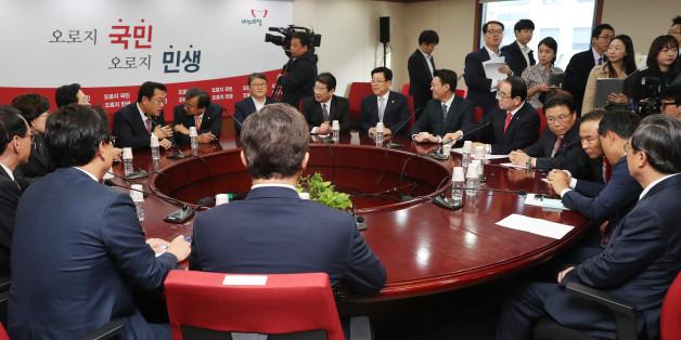 27일 오전 여의도 새누리당 당사에서 열린 최고위원회의에서 참석자들이 자료를 보고 있다.