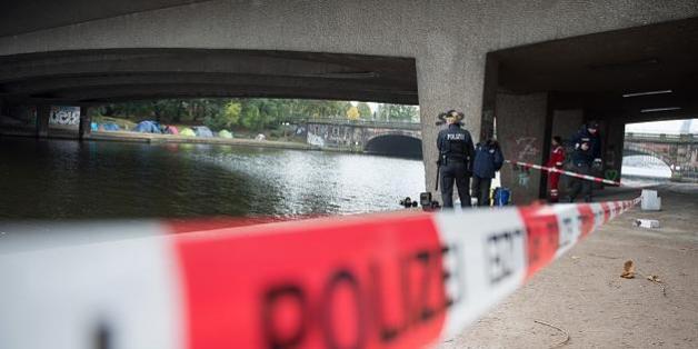 Die Hamburger Polizei am Tatort, der Kennedybrücke