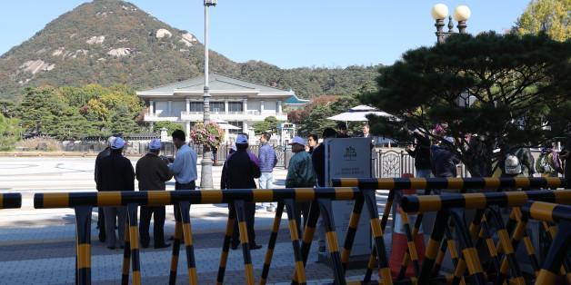 30일 오전 청와대 분수대 앞에서 중국인 관광객들이 관광하고 있다.
