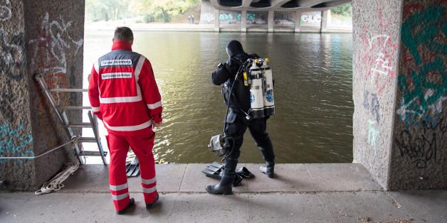 Ein Polizeitaucher sucht unter der Kennedybrücke in Hamburg nach Hinweisen