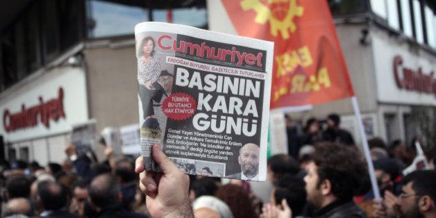 Murat Sabuncu, rédacteur en chef du quotidien d'opposition turc Cumhuriyet a été arrêté.
