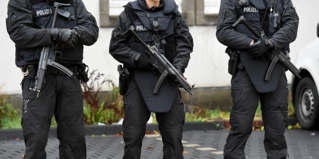 Archivbild: Polizisten sichern am 20.10.2016 das Oberlandesgericht in Celle (Niedersachsen), in dem sich eine IS-Sympathisantin nach einer Messerattacke auf einen Polizisten wegen versuchten Mordes und Unterstützung der Terrormiliz Islamischer Staat verantworten muss