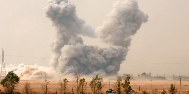 Rauch steigt nach einem Luftschlag der US Air Force bei Mossul auf