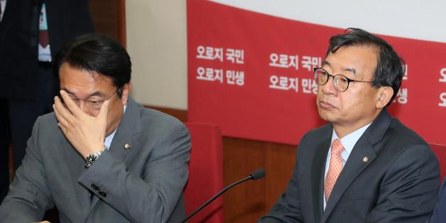 새누리당 이정현 대표와 정진석 원내대표가 10월 31일 오전 서울 여의도 당사에서 열린 최고위원회의에서 강석호 의원의 발언을 듣고 있다.