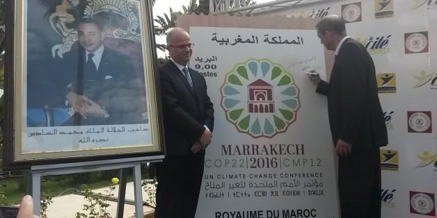 Amin Benjelloun Touimi et Abdelâdim Lhafi dévoile un des deux nouveaux timbres pour la COP22