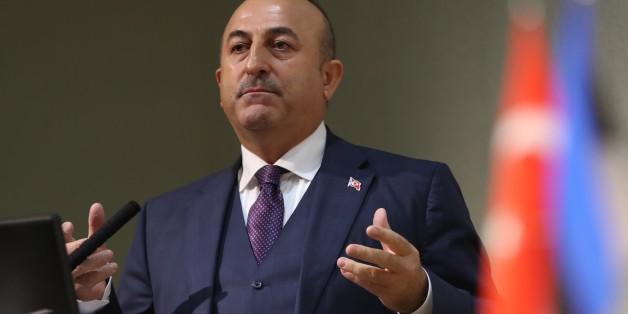 Der türkische Außenminister Mevlüt Cavusoglu stellt das Flüchtlingsabkommen mit der EU in Frage