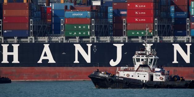 A tugboat passes Hanjin Hungary container ship at PSA's Tanjong Pagar terminal in Singapore September 28, 2016.  REUTERS/Edgar Su/File Photo