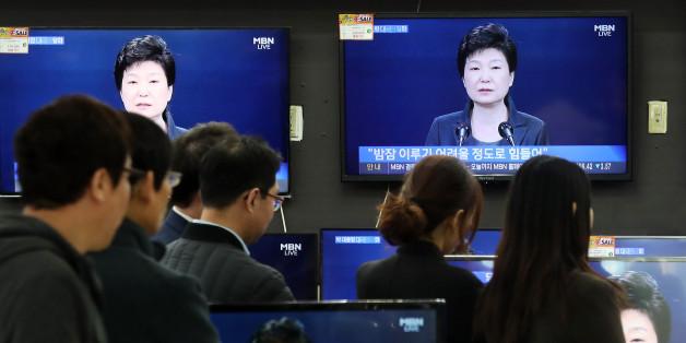 4일 오전 서울 용산 전자랜드에서 시민들이 박근혜 대통령의 대국민 담화 TV 생중계를 시청하고 있다.