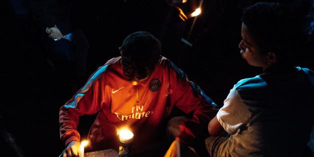 Deux enfants allument une bougie en mémoire de Mouhcine Fikri, le 4 novembre à Al-Hoceima