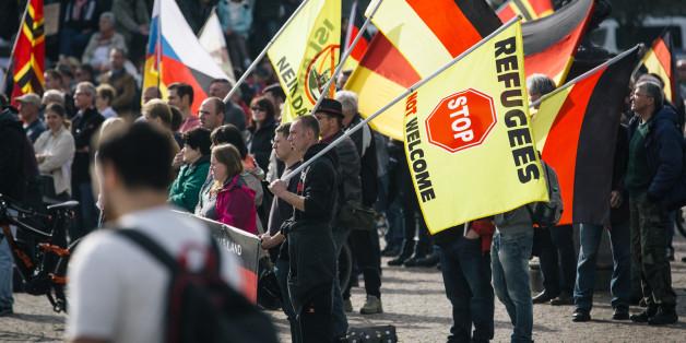 Anhänger der fremdenfeindlichen Pegida-Bewegung am 3. Oktober in Dresden (Archivbild)