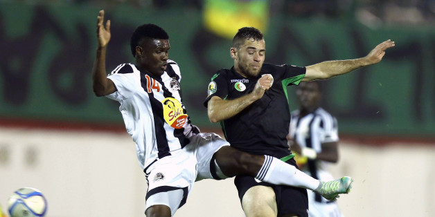 Bejaia's Chongo Kabaso (L) vies with Mazembe's Malek Ferhat during the CAF Confederation cup final Algerian Mouloudia Bejaia against Congolese TP Mazembe on October 29, 2016 at the Stade Mustapfa Tchacher stadium in Blida. / AFP / stringer        (Photo credit should read STRINGER/AFP/Getty Images)