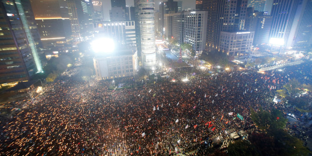 Tens of thousands of South Korean people march during a rally calling on embattled President Park Geun-hye to resign over a growing influence-peddling scandal in central Seoul, South Korea, November 5, 2016.  REUTERS/Kim Hong-Ji