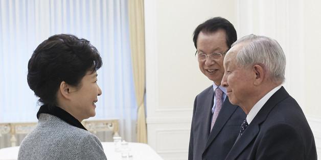 박근혜 대통령이 7일 청와대를 방문한 김장환 목사(극동방송 이사장, 오른쪽 첫번째)와 김삼환 목사(명성교회 원로, 오른쪽 두번째) 등 기독교 원로와 인사하고 있다.