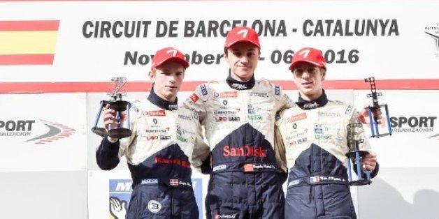 Formule 4: Le jeune marocain Michael Benyahia (au centre) se fait une place sur le podium