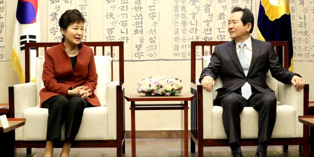 박근혜 대통령이 8일 오전 '최순실 사태'로 인한 정국 혼란을 수습할 방안을 논의하기 위해 국회의장실을 방문, 정세균 국회의장과 대화하고 있다.