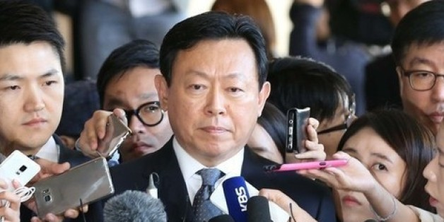 신동빈 롯데그룹 회장이 지난 9월20일 검찰 조사에 앞서 기자들의 질문을 받고 있다.