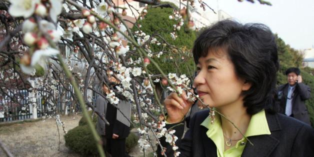 2007년 2월27일 광주를 방문한 한나라당 박근혜 전 대표가 광주일고에 있는 광주학생독립운동 기념관을 둘러본뒤 학교를 나서다 교정에 활짝 핀 매화 향기를 맡고 있다.