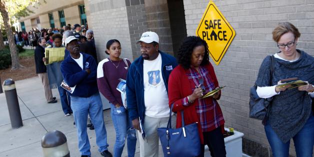 Wähler stehen in Charlotte, North Carolina, schon früh morgens an