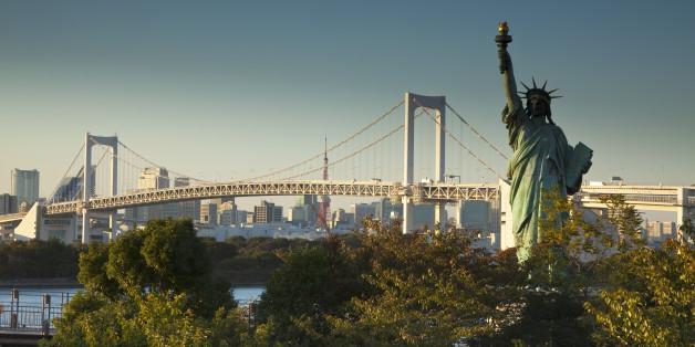 Japan, Tokyo, Odaiba, Rainbow bridge and Statue of Liberty replica