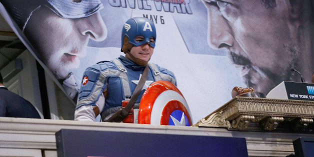 """Ein Mann trägt ein Captain-America-Köstum bei einem Event zum Filmstart """"Captain America: Civil War"""" (Symbolbild)"""
