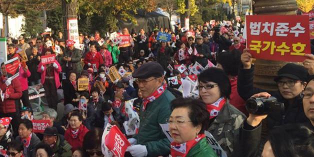 보수단체들이 모인 '애국시민연합' 관계자들이 12일 오후 서울 여의도 국민은행 앞에서박근혜 대통령 퇴진 반대집회를 열고 있다.