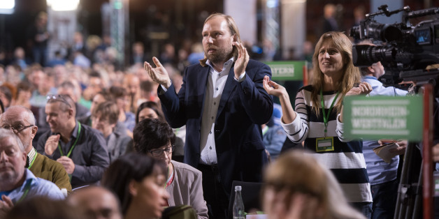 Der Fraktionsvorsitzende der Grünen, Anton Hofreiter (Mitte), applaudiert am 12.11.2016 in Münster beim Bundesparteitag seiner Partei