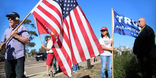 アメリカ国旗を掲げるトランプ氏の支持者ら