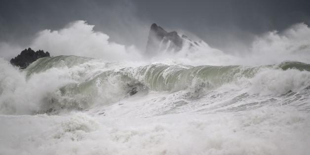 Eine Welle trifft Island Bay an Wellingtons Südküste (Symbolbild)