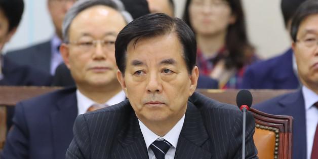 한민구 국방장관이 14일 오후 국회에서 열린 국방위원회 전체회의에서 굳은 표정으로 야당 의원들의 한일정보보호협정과 관련한 의사진행 발언을 지켜보고 있다.