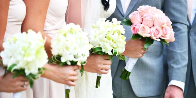 Die Kleider und Blumen der Brautjungfern sollten unbedingt mit der Braut harmonieren